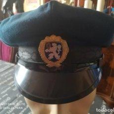 Militaria: GORRA POLICIA ESTONIA CON PLACA INSIGNIA DISTINTIVO METAL ESMALTADO. Lote 195392643