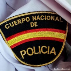 Militaria: ANTIGUA CAMISA DE POLICÍA NACIONAL. MANGA CORTA. TALLA 43 R. SIN USAR. Lote 195501621