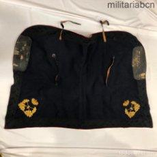 Militaria: ESPAÑA. MANTA DE LA SILLA DE MONTAR DE GENERAL. ÉPOCA ALFONSO XIII. TELA AZUL. INSIGNIAS EN BRONCE. Lote 210670815
