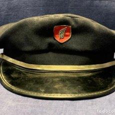 Militaria: GORRA MILITAR AZUL VISERA NEGRA MITAD SIGLO TELA CUERO AVIACION FERROCARRIL ESCUDO ALA BORDADA. Lote 216607727