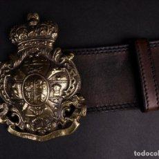 Militaria: CINTURON MILITAR DE CUERO CON ESCUDO DE HEBILLA. Lote 217786992