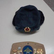Militaria: GORRO MILITAR RUSO SHAPKA USHANKA Y GORRA BOINA RUSA CON INSIGNIAS MILITARES EJERCITO SOLDADO.. Lote 220426953
