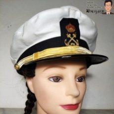 Militaria: GORRA DE LA MARINA MERCANTE - ESPAÑA - HECHA POR CARMEN PUIG - AZUL CON FUNDA BLANCA - AÑOS 70/80. Lote 220853540
