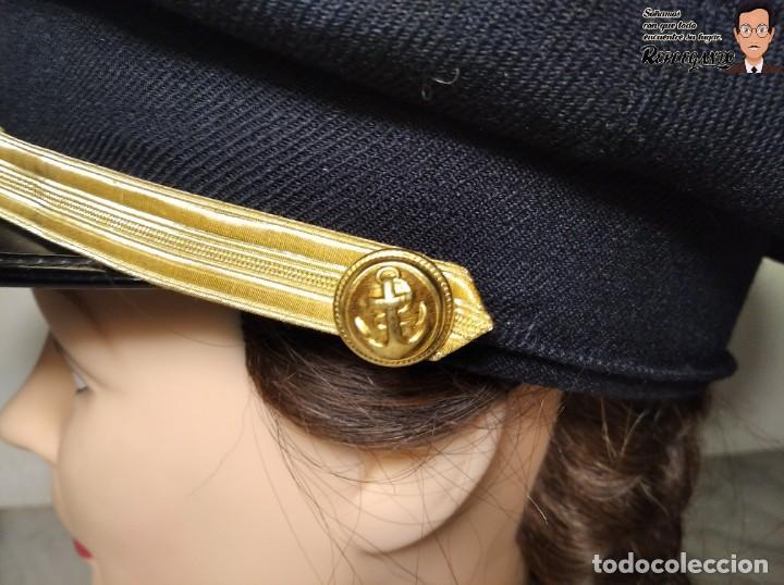 Militaria: GORRA DE LA MARINA MERCANTE - ESPAÑA - HECHA POR CARMEN PUIG - AZUL CON FUNDA BLANCA - AÑOS 70/80 - Foto 7 - 220853540