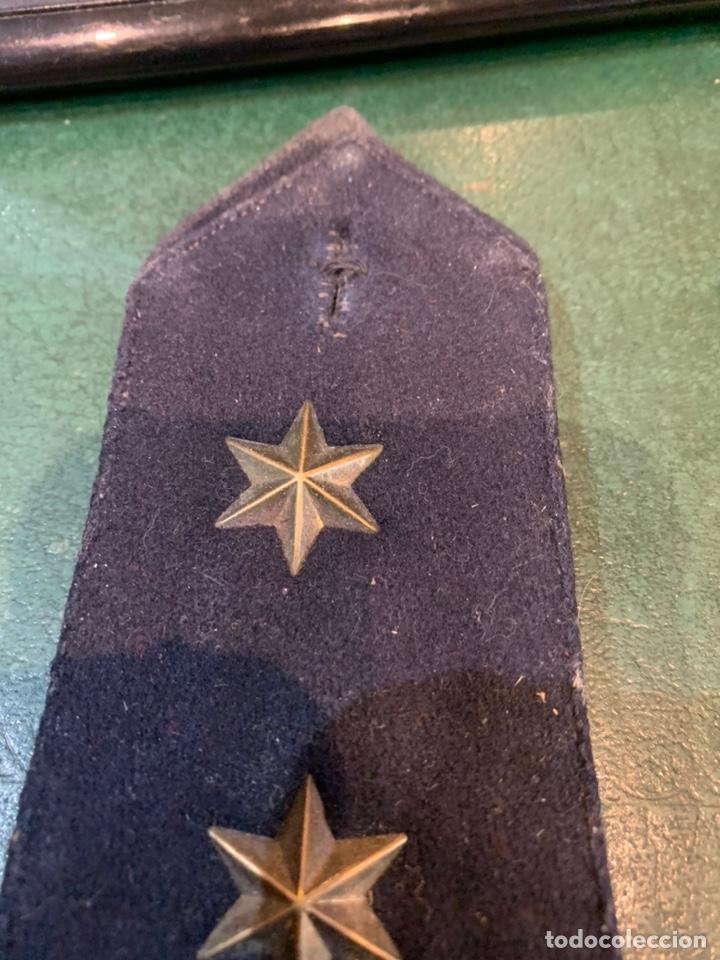 Militaria: Pareja de hombreras de capote Negra muy gruesa de Teniente con uso - Foto 3 - 230159765