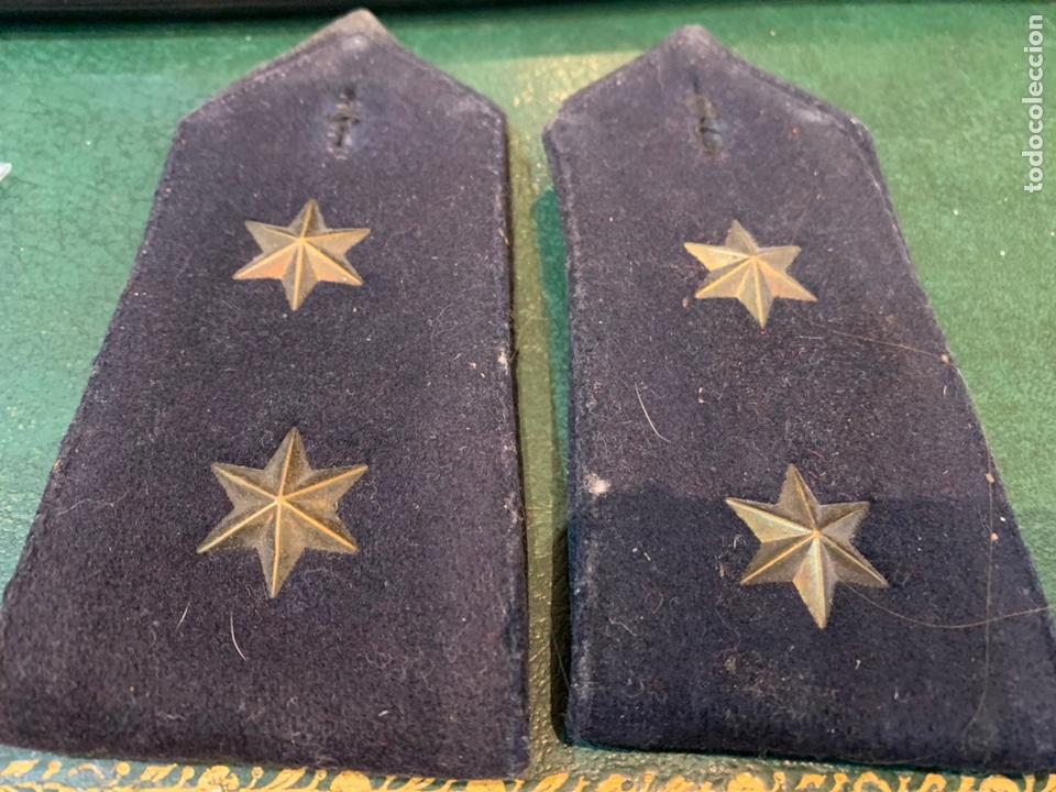 PAREJA DE HOMBRERAS DE CAPOTE NEGRA MUY GRUESA DE TENIENTE CON USO (Militar - Otros relacionados con uniformes )