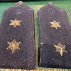 Militaria: PAREJA DE HOMBRERAS DE CAPOTE NEGRA MUY GRUESA DE TENIENTE CON USO. Lote 230159765