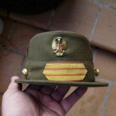 Militaria: ANTIGUA GORRA MONTAÑERA DE SARGENTO EPOCA FRANCO. Lote 232309420