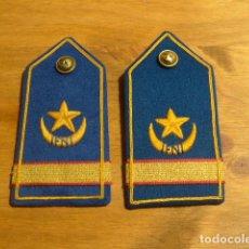 Militaria: ANTIGUAS HOMBRERAS BORDADAS DE IFNI, TROPAS NOMADAS, SAHARA, ORIGINALES.. Lote 235372945