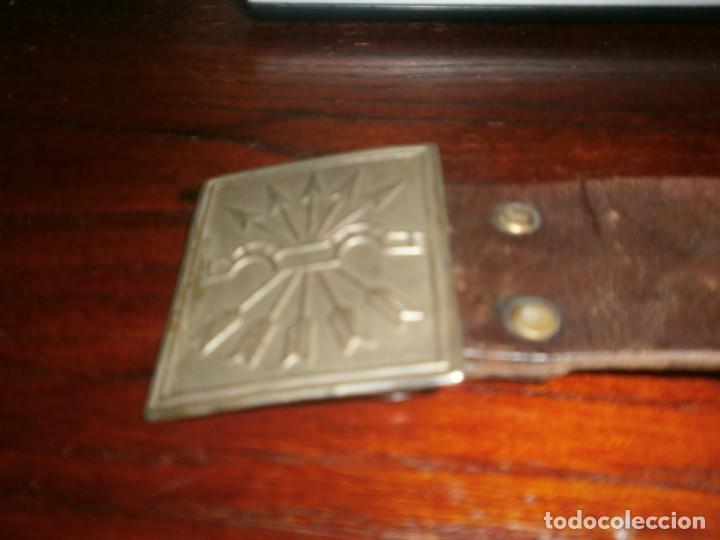 Militaria: Hebilla metálica Falange Yugo y flechas 6 X 5 cm. falta pasador de Cinturón cuero mide 90 cm. - Foto 2 - 221489855