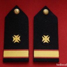 Militaria: ARMADA ESPAÑOLA. MARINA GUERRA. HOMBRERAS. OFICIALES. TENIENTE. MÉDICO. ÉPOCA JUAN CARLOS I.. Lote 245452505