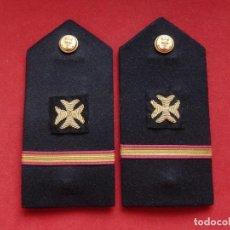 Militaria: ARMADA ESPAÑOLA. MARINA GUERRA. HOMBRERAS. OFICIALES. CUERPO SANIDAD. ALFÉREZ. ÉPOCA FRANCO. Lote 245992570