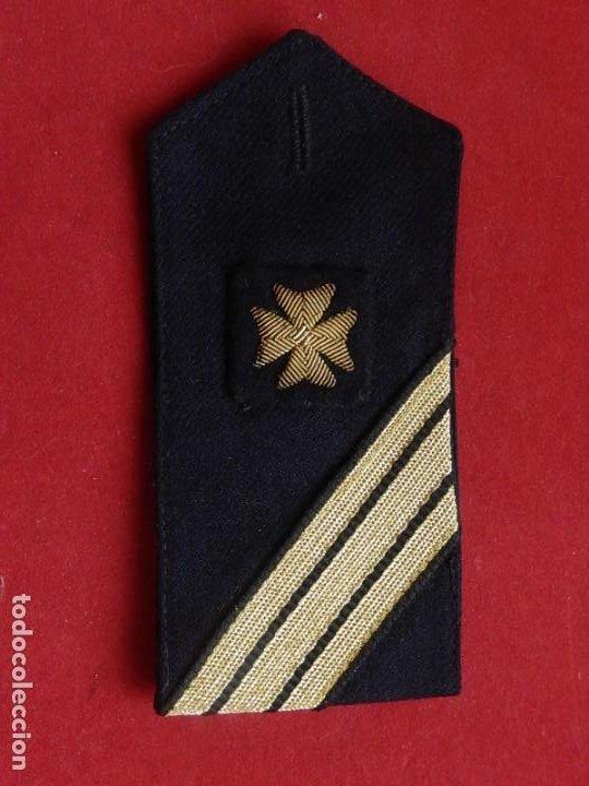 ARMADA ESPAÑOLA. MARINA DE GUERRA. HOMBRERA. SANITARIOS. ÉPOCA DE FRANCO. (Militar - Otros relacionados con uniformes )