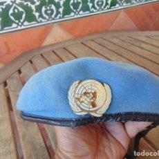 Militaria: BOINA AZUL ,CON INSIGNIA ,CASCOS AZULES ,NACIONES UNIDAS. Lote 262808075