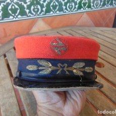 Militaria: ANTIGUA GORRA DE JEFE DE ESTACIÓN. RENFE ,TREN, RENFE. AÑOS 60, PARTE ROJA DESMONTABLE. Lote 249509810