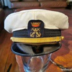 Militaria: ANTIGUA GORRA DE LA MARINA EPOCA DE FRANCO, CON FUNDA DE VERANO, EN PERFECTAS CONDICIONES. Lote 253924600