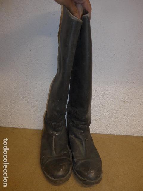 Militaria: Antiguas botas altas de oficial español, de cuero negro. Originales. Guerra civil y posguerra. - Foto 2 - 254572010