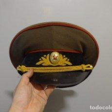 Militaria: ANTIGUA GORRA DE PLATO DE OFICIAL DE LA URSS COMUNISTA, ORIGINAL, RUSA. DE 1983.. Lote 265973863