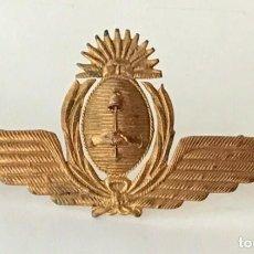 Militaria: INSIGNIA O ESCUDO PARA ANTIGUA GORRA DE PLATO DE OFICIAL DE LA FUERZA AÉREA ARGENTINA. Lote 274649853