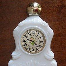 Miniaturas de perfumes antiguos: FRASCO ANTIGUO DE AVON EN FORMA DE RELOJ DE SOBREMESA. Lote 98408932