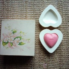 Miniaturas de perfumes antiguos: JABONES PERFUMADOS AVON HEART DECAL SPECIAL OCCASION. 2 JABONES DE 70 G. Y 1 DE 28 G.. Lote 20613356