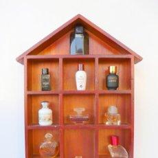 Miniaturas de perfumes antiguos: EXPOSITOR DE MADERA CON 12 MINIATURAS DE PERFUMES (TODAS DIFERENTES ). Lote 33055587