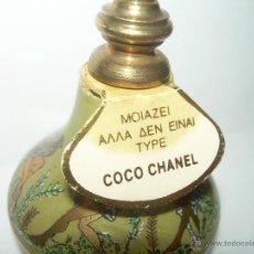 Miniaturas de perfumes antiguos: BONITO ENVASE DE PORCELANA Y TAPON DE BRONCE DE PERFUME....COCO CHANEL. Lote 43177297