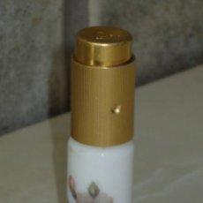 Miniaturas de perfumes antiguos: VINTAGE PERFUMERO DE BOLSO EN OPALINA BLANCA PINTADO.. Lote 44329445