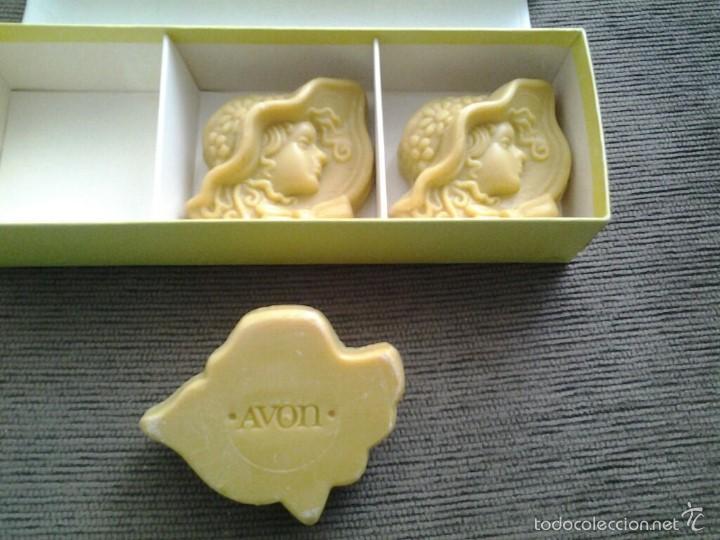 Miniaturas de perfumes antiguos: Cajita de Avón -- Golden Beauties -- con 3 jabones perfumados ( 61 g. c/u ) -- Perfecto Estado -- - Foto 4 - 57226221