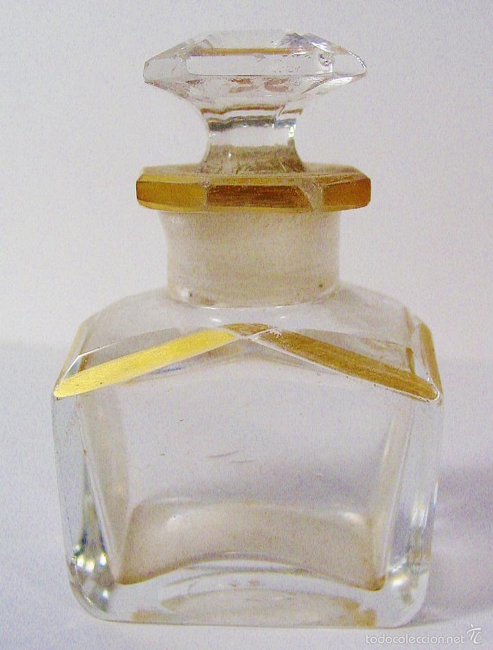 ANTIGUA Y MUY BONITA BOTELLA DE CRISTAL TALLADO CON DORADOS. NÚMERO EN LA BASE (Miniaturas de Perfumes.)