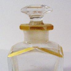 Miniaturas de perfumes antiguos: ANTIGUA Y MUY BONITA BOTELLA DE CRISTAL TALLADO CON DORADOS. NÚMERO EN LA BASE. Lote 61173667