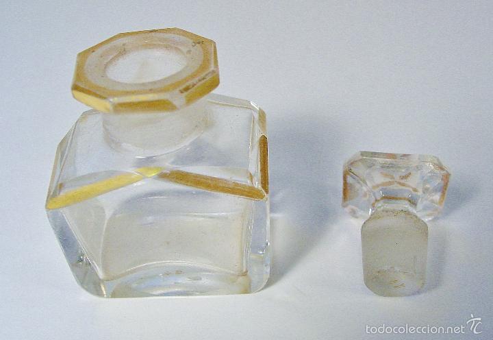 Miniaturas de perfumes antiguos: ANTIGUA Y MUY BONITA BOTELLA DE CRISTAL TALLADO CON DORADOS. NÚMERO EN LA BASE - Foto 2 - 61173667