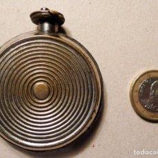 Miniaturas de perfumes antiguos: ANTIGUO PERFUMERO DE METAL DE FORMA REDONDA PLANA CON VARILLA O PEQUEÑA ABERTURA. Lote 78141175