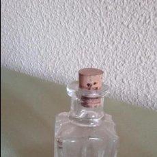 Miniaturas de perfumes antiguos: ANTIGUA BOTELLA PEQUEÑA-FRASCO DE PERFUME DE VIDRIO TALLADO. MIDE 7,5 X 4,5 CM. Lote 93271795