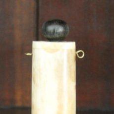 Miniaturas de perfumes antiguos: ANTIGUO COLGANTE PERFUMERO POSIBLEMENTE HUESO TAPÓN ROSCA DOS ENGANCHES PARA LLEVAR COLGADO. Lote 106172011