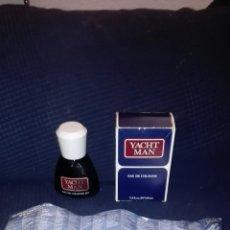 Miniaturas de perfumes antiguos: COLONIA YACHT MAN 100 ML. ORIGINAL, COMPLETA EN SU CAJA Y CON CATALOGO DE LA EPOCA. Lote 107256430