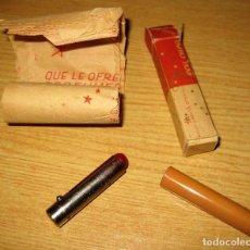 Miniaturas de perfumes antiguos: PRECIOSO ANTIGUO PINTALABIOS ROJO . LABORATORIOS SEGURA . PECA CURA . CON CARTEL PUBLICIDAD INTERIOR. Lote 109304043