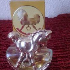Miniaturas de perfumes antiguos: AVON FIGURA DE CABALLITO CON BALANCIN, PERFUME Y CAJA. Lote 101144367