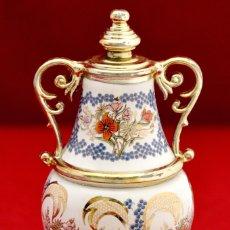 Miniaturas de perfumes antiguos: MAGNIFICO PERFUMERO EN PORCELANA POLICROMADA CON MOTIVOS FLORALES. Lote 58079999