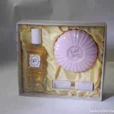 Miniaturas de perfumes antiguos: FRASCO DE COLONIA ISABEL MARÍA DE VERA ESTUCHE CON JABÓN Y PINTALABIOS. Lote 124732563