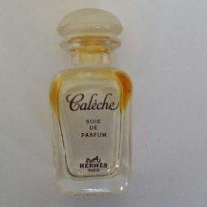 Miniaturas de perfumes antiguos: FRASCO DE PERFUME CALECHE DE HERMES. PARÍS. SOIE DE PARFUM 7.5 ML. VACÍO. Lote 126793603