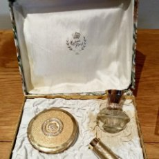Miniaturas de perfumes antiguos: ANTIGUA JUEGO DE COSMÉTICA DE MYRNA PONS. POLVERA, BARRA LABIOS, DELINEADOR Y PERFUME. Lote 131071524
