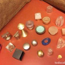 Miniaturas de perfumes antiguos: MAS DE 20 TAPONES DE PERFUMES, COLONIAS DE DIFERENTES MARCAS Y TAMAÑOS. VER FOTOS. . Lote 135786178