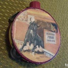 Miniaturas de perfumes antiguos: FRASCO DE PERFUME EN FORMA DE PANDERETA PERFUMES PERIS BARCELONA - VACÍO - ESTAMPA TOROS. Lote 138076642