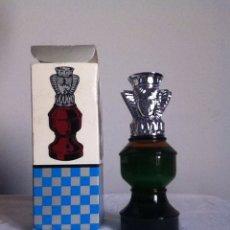 Miniaturas de perfumes antiguos: AVON. DAMA AJEDREZ. LLENO Y EN SU CAJA. Lote 148183029