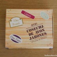 Miniaturas de perfumes antiguos: ESTUCHE AVON - COSECHA DE AVON JABONES - 3 JABONES BOTELLA VINO 50 GR.. Lote 154336570