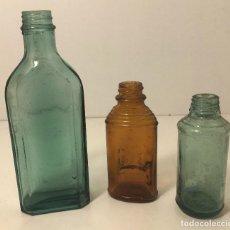 Miniaturas de perfumes antiguos: LOTE DE TRES PEQUEÑOS FRASCOS O BOTELLITAS ANTIGUAS DE CRISTAL. FARMACIA. PERFUME. VER FOTOS.. Lote 160474854