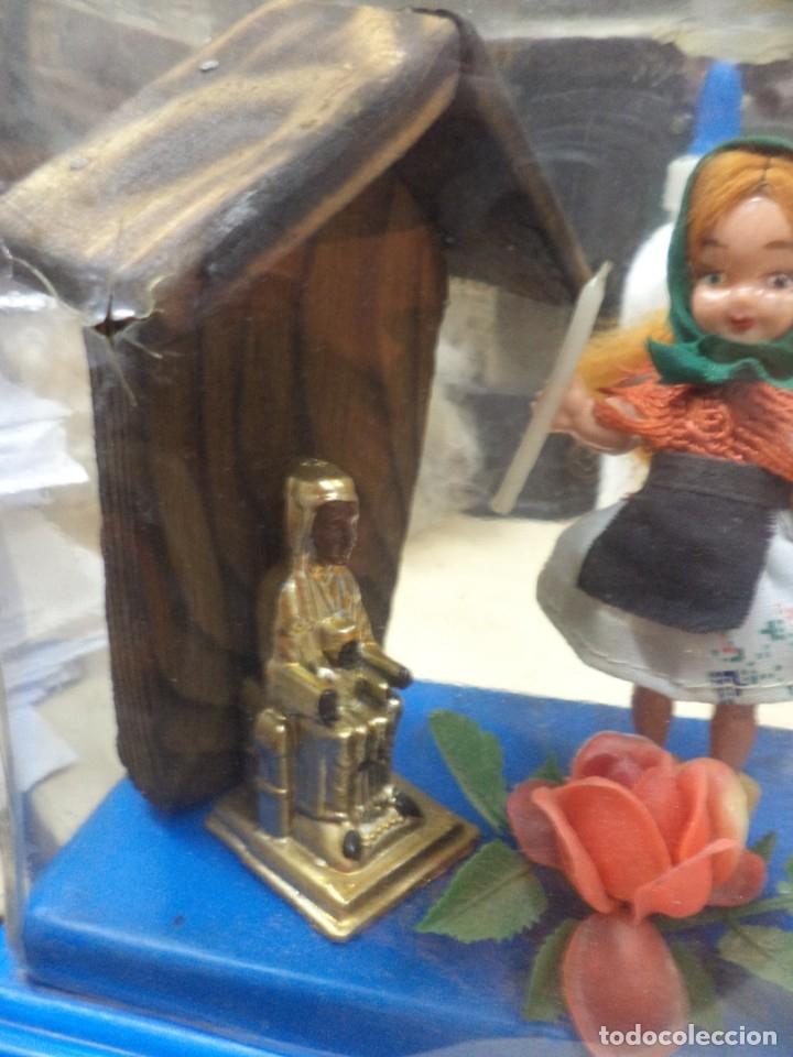 Miniaturas de perfumes antiguos: Creaciones Gran Chic.Recuerdo de Cataluña.Perfume,Virgen Moreneta y figuras. Años 50.Souvenir. - Foto 2 - 165679094