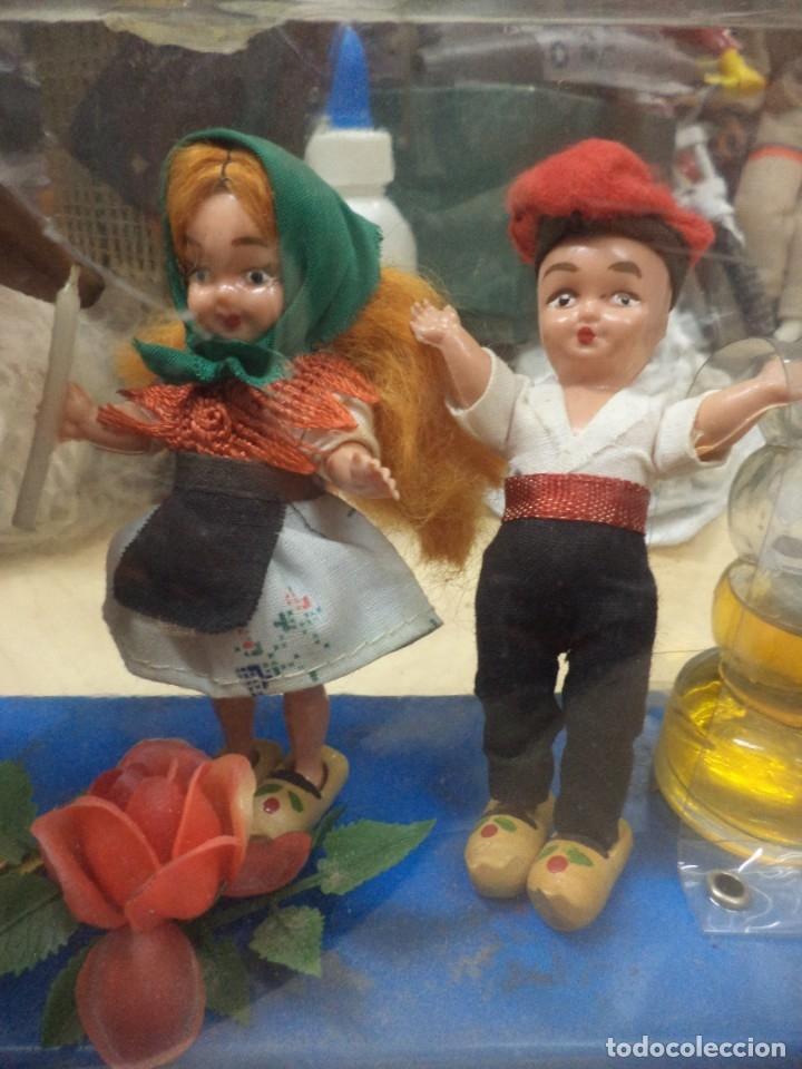Miniaturas de perfumes antiguos: Creaciones Gran Chic.Recuerdo de Cataluña.Perfume,Virgen Moreneta y figuras. Años 50.Souvenir. - Foto 3 - 165679094