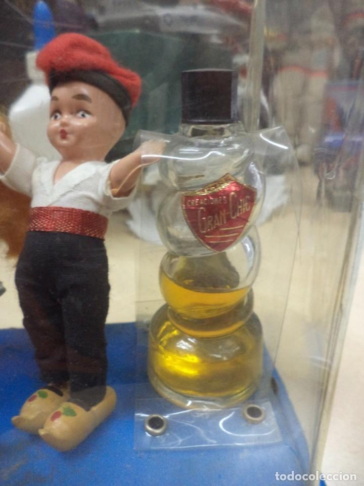 Miniaturas de perfumes antiguos: Creaciones Gran Chic.Recuerdo de Cataluña.Perfume,Virgen Moreneta y figuras. Años 50.Souvenir. - Foto 4 - 165679094